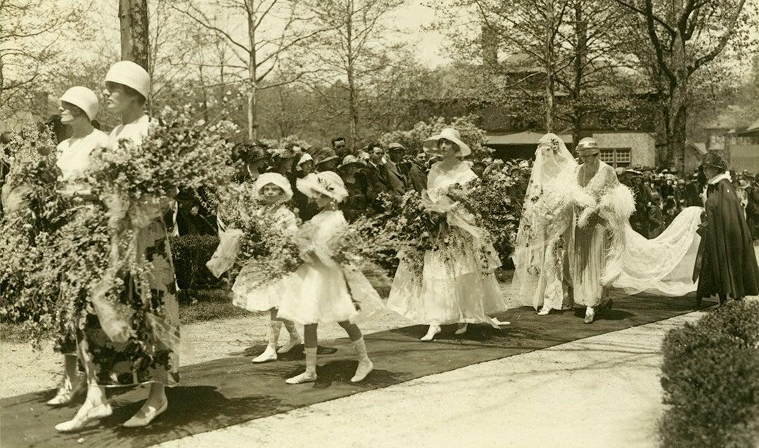 Edith Vanderbilt escorting her daughter Cornelia Vanderbilt for Cornelia's wedding