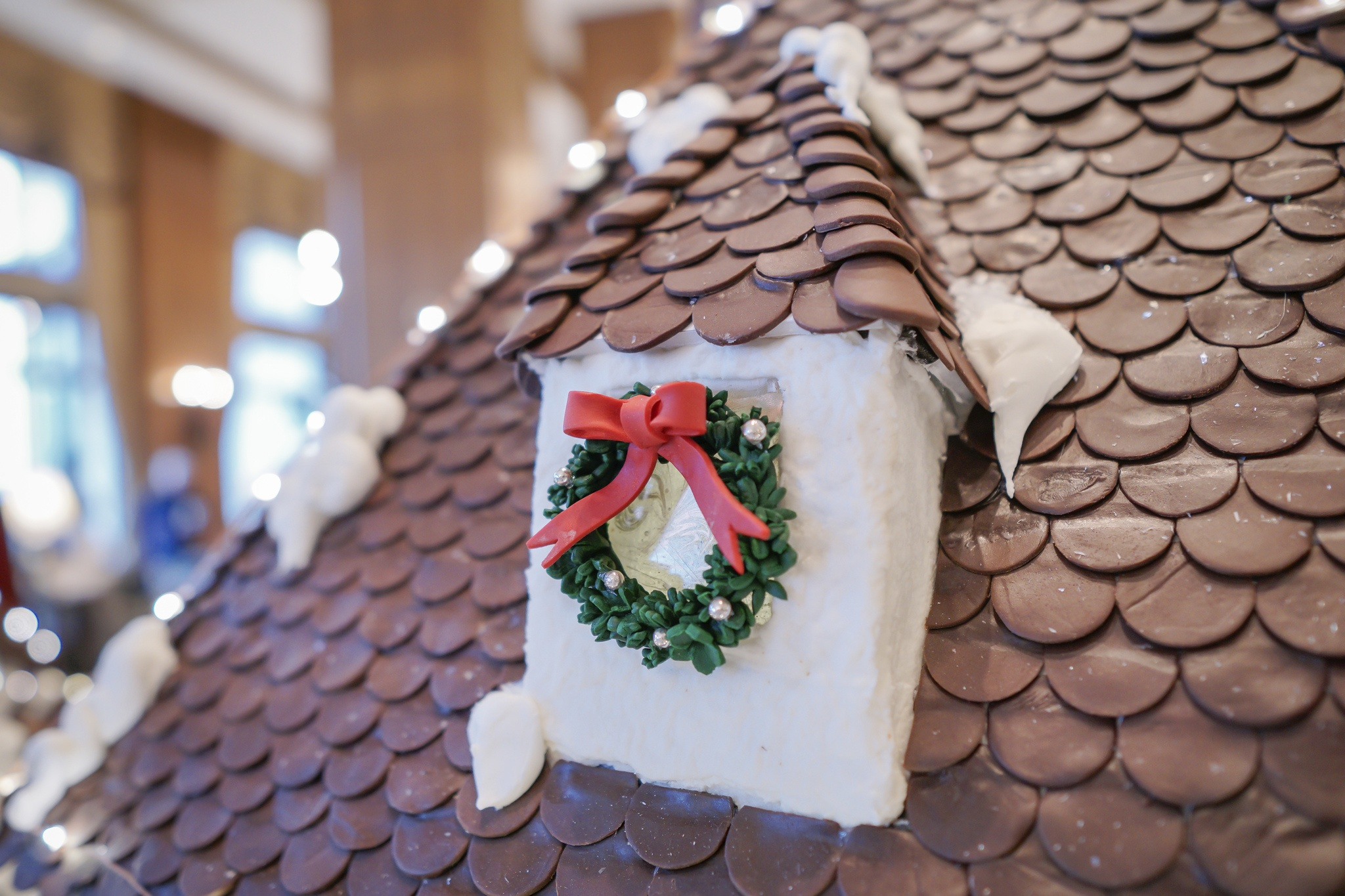 Tiny gingerbread wreath on the cottage